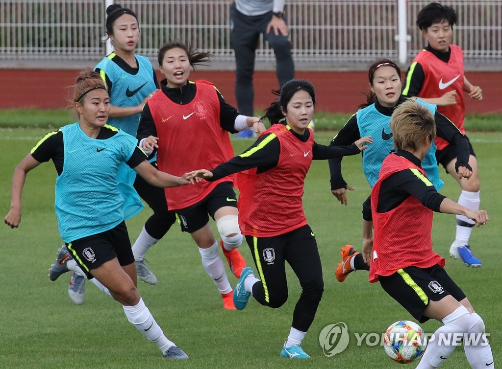 Members of the South Korean women's national football team practice at Stade Louis Boury in Gennevilliers, France, on June 3, 2019, in preparation for the FIFA Women's World Cup. (Yonhap)