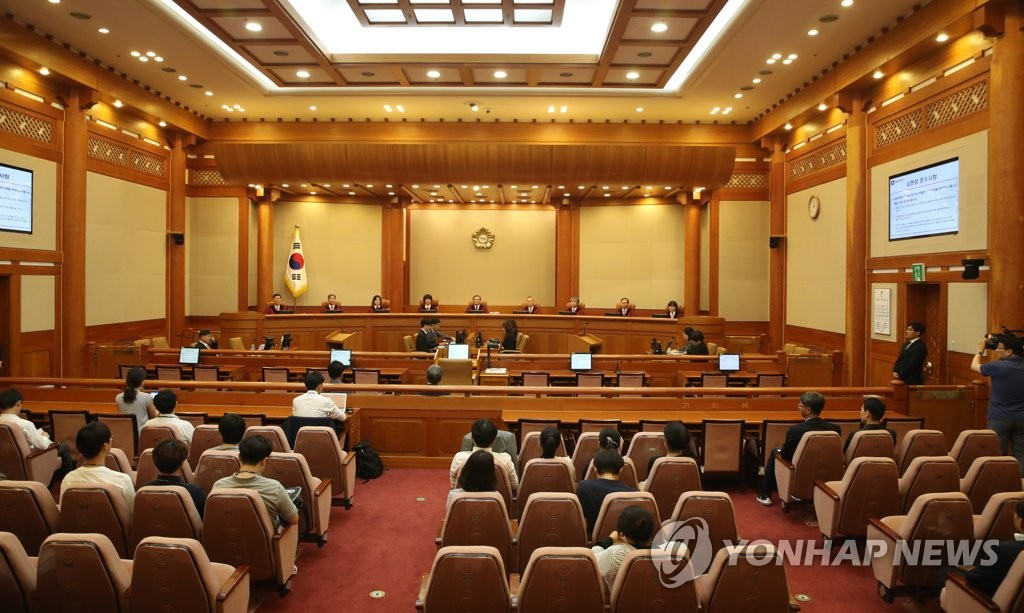 The Constitutional Court held an open hearing on June 13, 2019, to decide whether the government's minimum wage hikes infringe on private companies' freedom of business activity stipulated in the constitution. (Yonhap)