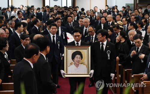 S. Koreans bid farewell to ex-first lady Lee Hee-ho
