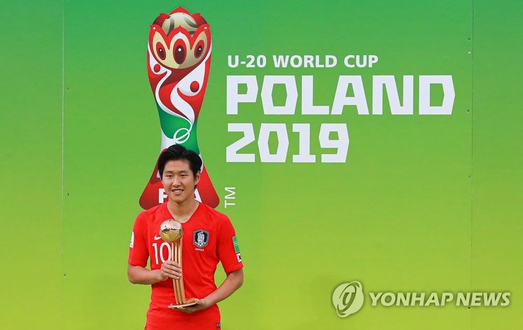 Lee Kang-in of South Korea holds the Golden Ball trophy as the best player of the FIFA U-20 World Cup during a ceremony at Lodz Stadium in Lodz, Poland, on June 15, 2019. (Yonhap)