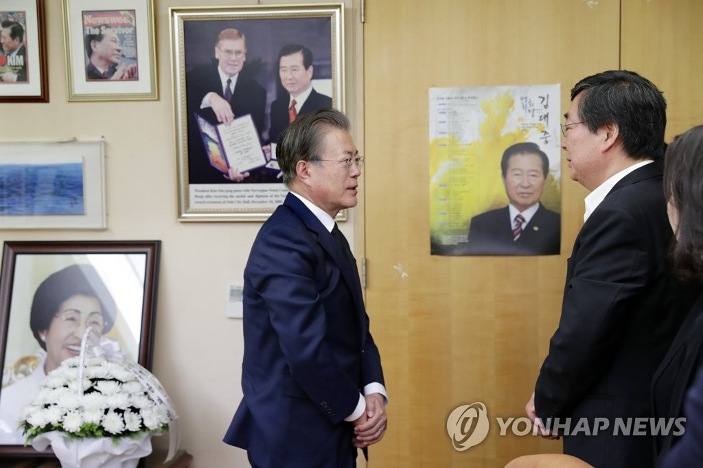President Moon Jae-in (L) meets with Kim Hong-eop, the second son of late former first lady Lee Hee-ho, at her home in Donggyo-dong, Seoul, on June 16, 2019, in this photo provided by Cheong Wa Dae. (PHOTO NOT FOR SALE) (Yonhap)