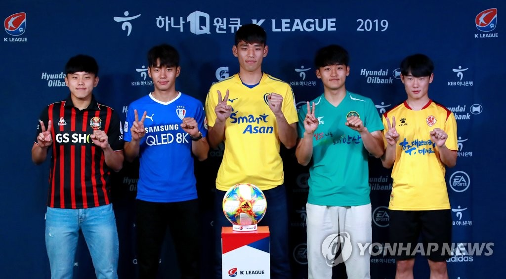 Members of the South Korean national team at the FIFA U-20 World Cup pose for photos wearing their K League club uniforms during a press conference at the Korea Football Association House in Seoul on June 20, 2019. From left are Cho Young-wook of FC Seoul, Jeon Se-jin of Suwon Samsung Bluewings, Oh Se-hun of Asan Mugunghwa, Hwang Tae-hyeon of Ansan Greeners and Um Won-sang of Gwangju FC. (Yonhap)