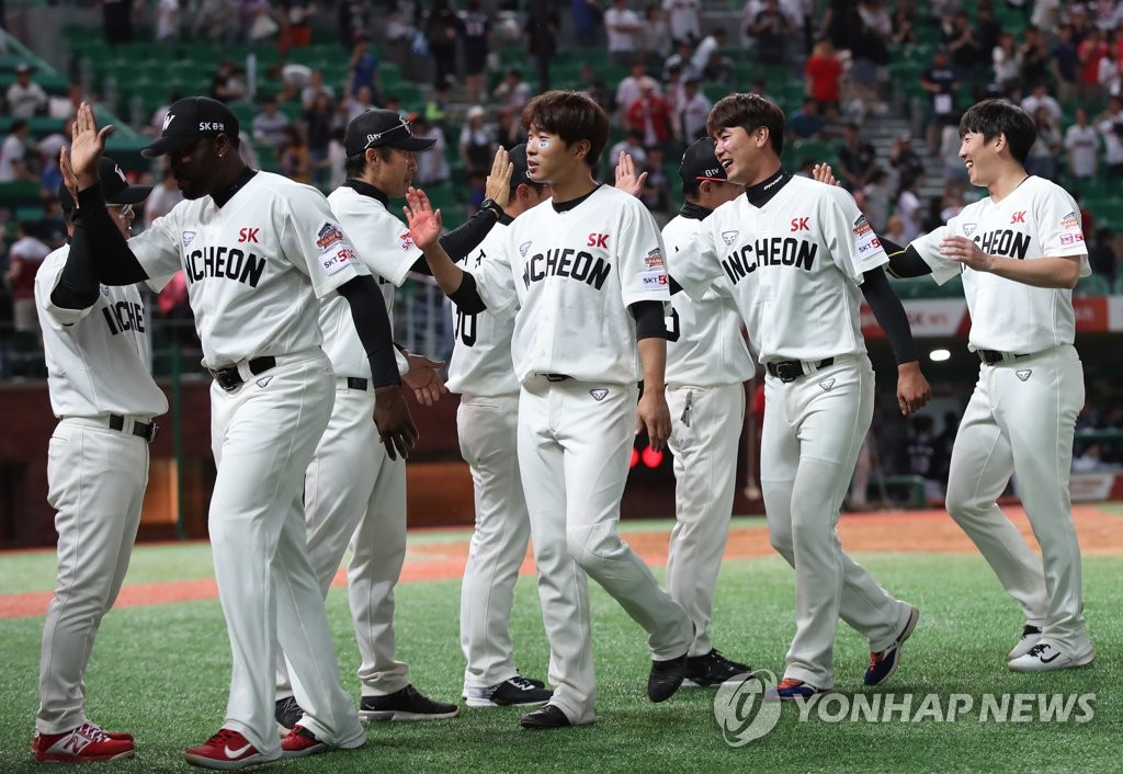 Players of the SK Wyverns celebrate their 3-2 victory over the Doosan Bears in a Korea Baseball Organization regular season game at SK Happy Dream Park in Incheon, 40 kilometers west of Seoul, on June 23, 2019. (Yonhap)