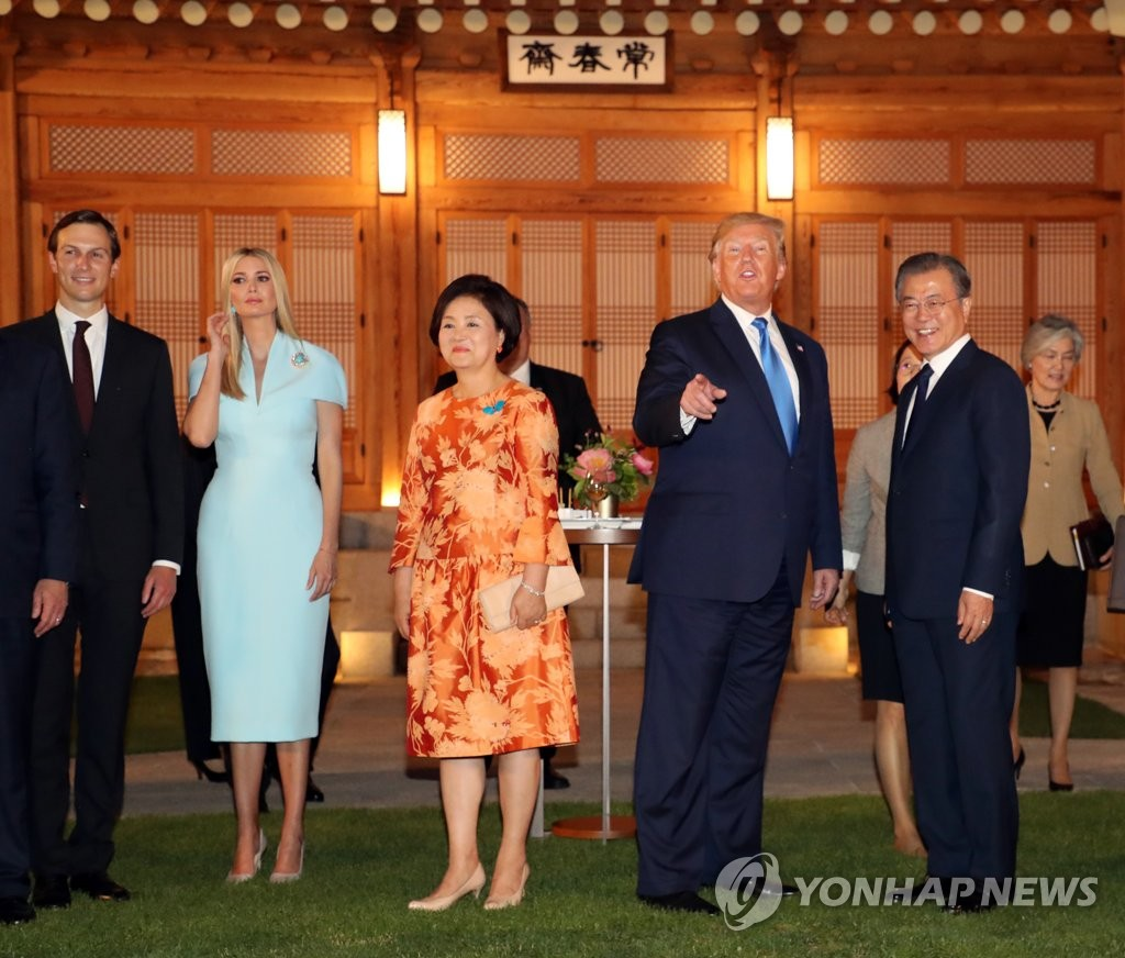 U.S. President Donald Trump (2nd from R) attends an official welcome dinner hosted by South Korean President Moon Jae-in (R) and first lady Kim Jung-sook (C), along with White House advisers Ivanka Trump (2nd from L) and Jared Kushner, at Cheong Wa Dae in Seoul on June 29, 2019. (Yonhap)