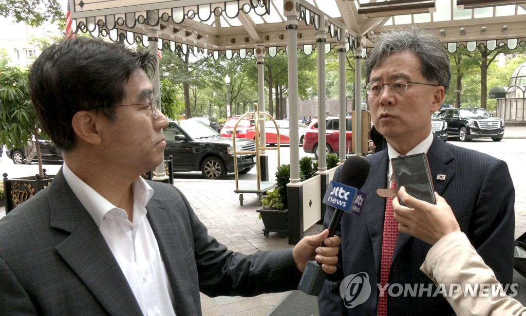 Kim Hyun-chong (R), deputy chief of Cheong Wa Dae's National Security Office, speaks to reporters outside his hotel in Washington on July 11, 2019. (Yonhap)