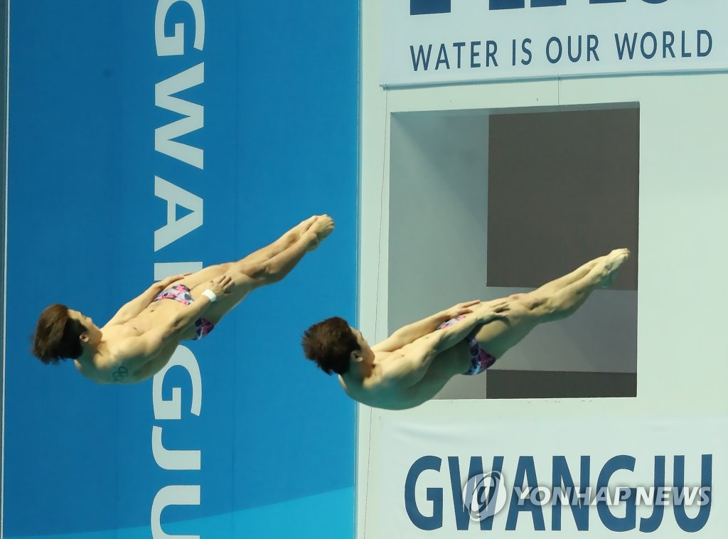 South Korean divers Woo Ha-ram (back) and Kim Yeong-nam compete in the men's synchronized 3m springboard final at the 18th FINA World Championships at Nambu University Municipal Aquatics Center in Gwangju, 330 kilometers south of Seoul, on July 13, 2019. (Yonhap)