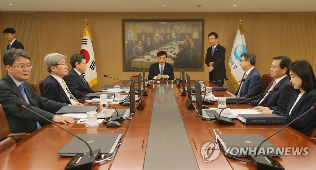 In this photo, taken July 18, 2019, Bank of Korea Gov. Lee Ju-yeol (C) and other members of the central bank's monetary policy board hold a rate-setting meeting in Seoul in which they voted to slash the key rate to 1.50 percent from 1.75 percent to help support the growth of Asia's fourth-largest economy. (Yonhap)
