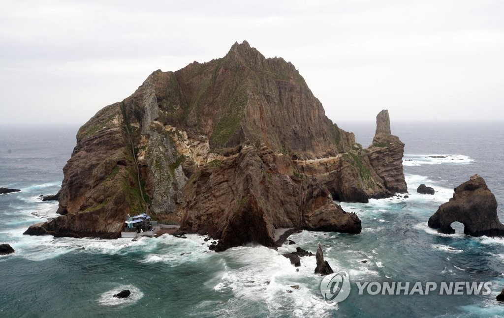 Heavy tides strike South Korea's easternmost islets of Dokdo due to Typhoon Krosa, the season's 10th typhoon, on Aug. 15, 2019. (Yonhap)