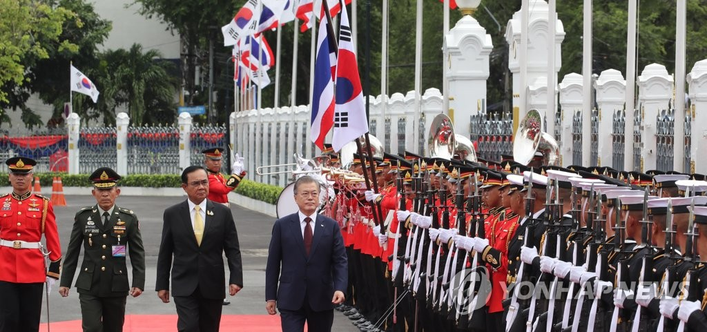 South Korean President Moon Jae-in (R) and Thai Prime Minister Prayut Chan-o-cha inspects an honor guard at the Government House of Thailand, also known as Thai Ku Fa, on Sept. 2, 2019. (Yonhap)