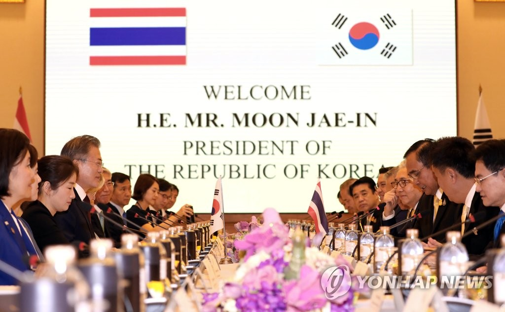 South Korean President Moon Jae-in and Thai Prime Minister Prayut Chan-o-cha hold a summit in Bangkok on Sept. 2, 2019, joined by their top aides. (Yonhap)