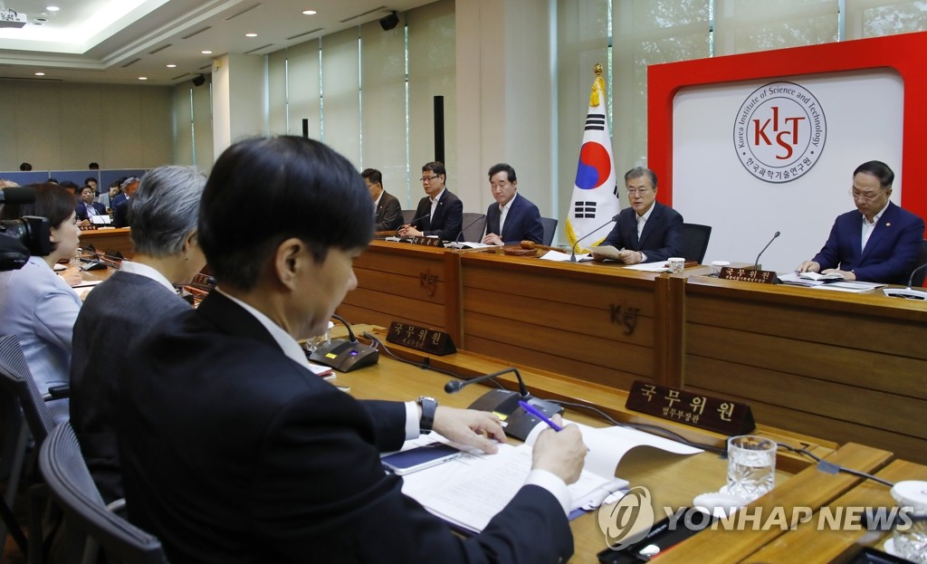 Justice Minister Cho Kuk (3rd from L) listens to remarks by President Moon Jae-in (2nd from R) during a Cabinet meeting at the Korea Institute of Science and Technology (KIST) in Seoul on Sept. 10, 2019. (Yonhap)