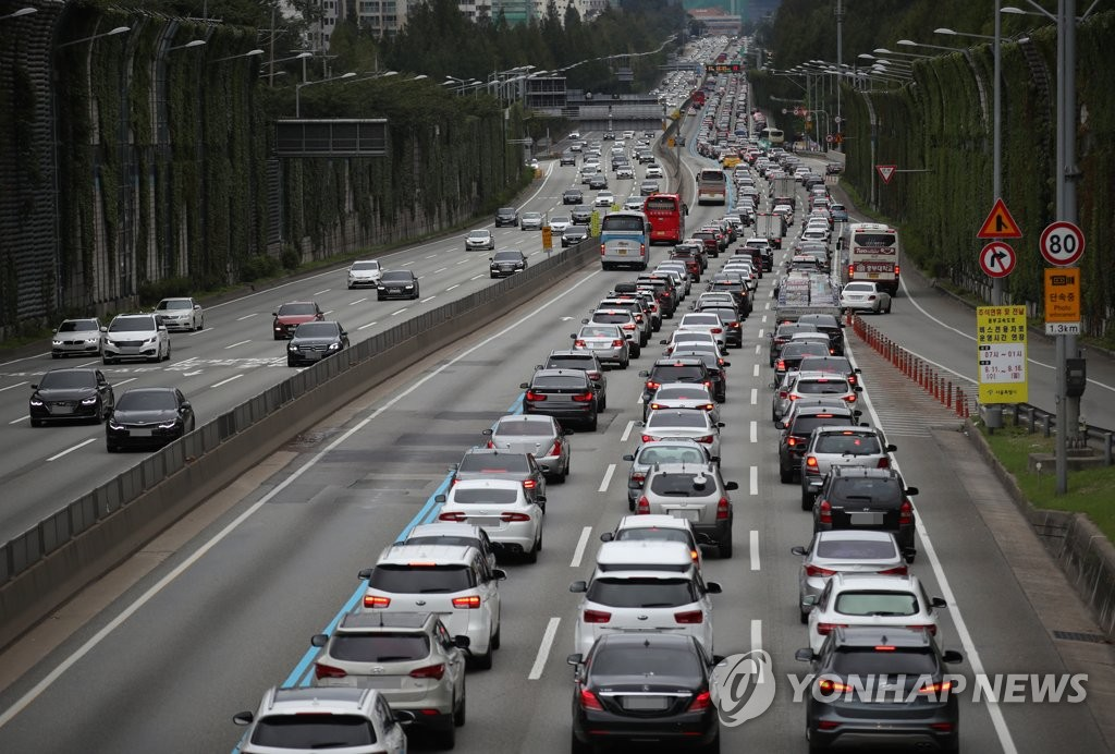 Traffic is backed up on the Gyeongbu Expressway on the first day of the Chuseok holiday on Sept. 12, 2019. (Yonhap)