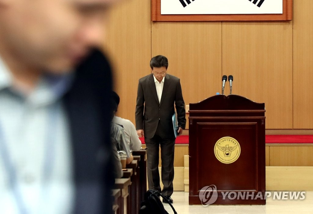 Ban Ki-soo, a senior police officer at Gyeonggi South Provincial Police Agency, greets the press before a closed-door press briefing on Oct. 2, 2019. (Yonhap)