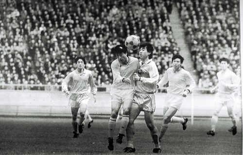 This file photo shows South and North Korean players competing for a ball during a friendly football match held in Pyongyang on Oct. 11, 1990. (Yonhap)