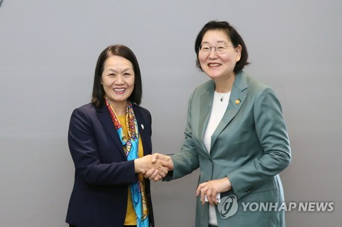 Gender minister meets Vietnamese official