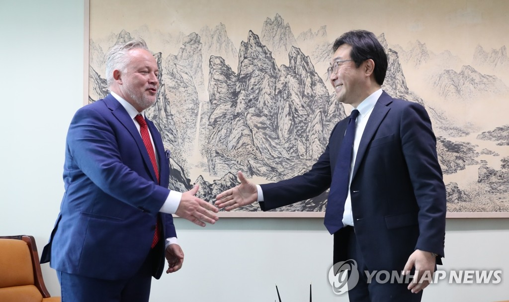 South Korea's top nuclear negotiator, Lee Do-hoon (R), meets Kent Harstedt, Sweden's special envoy for the Korean Peninsula, for talks at Seoul's foreign ministry on Oct. 23, 2019. (Yonhap)