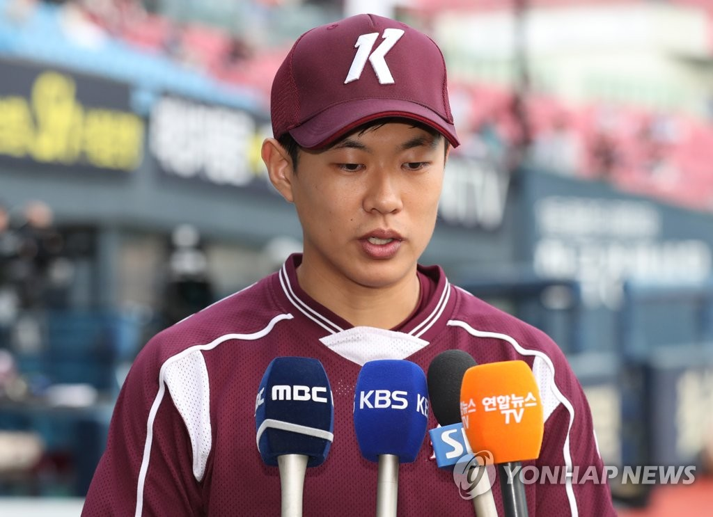 Song Sung-mun of the Kiwoom Heroes speaks to reporters at Jamsil Stadium in Seoul on Oct. 23, 2019, about his expletive-laden trash talk directed at players of the Doosan Bears during Game 1 of the Korean Series the previous day. (Yonhap)
