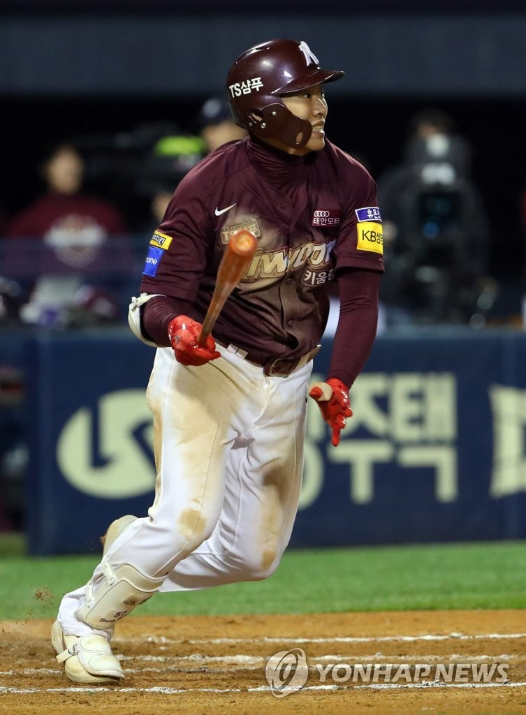 Song Sung-mun of the Kiwoom Heroes hits an RBI single against the Doosan Bears in the top of the sixth inning of Game 2 of the Korean Series at Jamsil Stadium in Seoul on Oct. 23, 2019. (Yonhap)