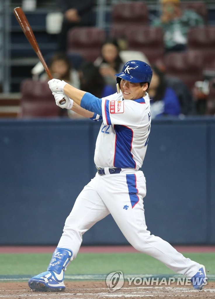 Kim Hyun-soo of South Korea hits a grounder against Puerto Rico in the bottom of the third inning of the teams' exhibition game ahead of the Premier12 tournament at Gocheok Sky Dome in Seoul on Nov. 1, 2019. (Yonhap)