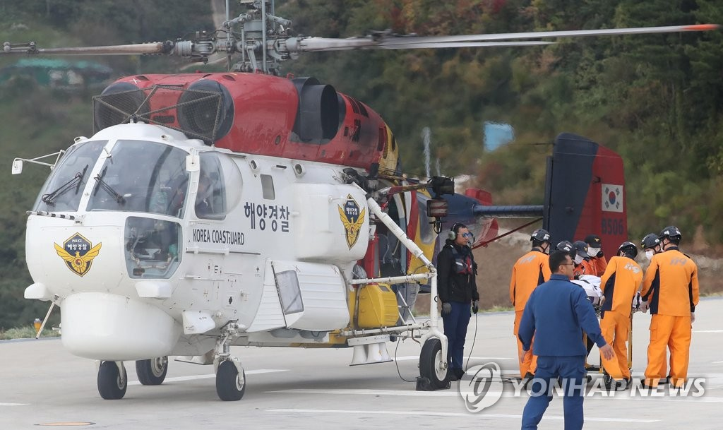 A Coast Guard helicopter, carrying two bodies retrieved from the chopper crash site, arrives on Ulleung Island off the country's east coast on Nov. 3, 2019. (Yonhap)