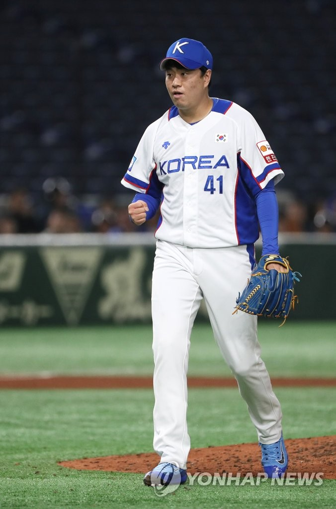 Lee Young-ha of South Korea pumps his fist after striking out Alec Bohm of the United States to end the top of the sixth inning of the teams' Super Round game at the World Baseball Softball Confederation (WBSC) Premier12 at Tokyo Dome in Tokyo on Nov. 11, 2019. (Yonhap)