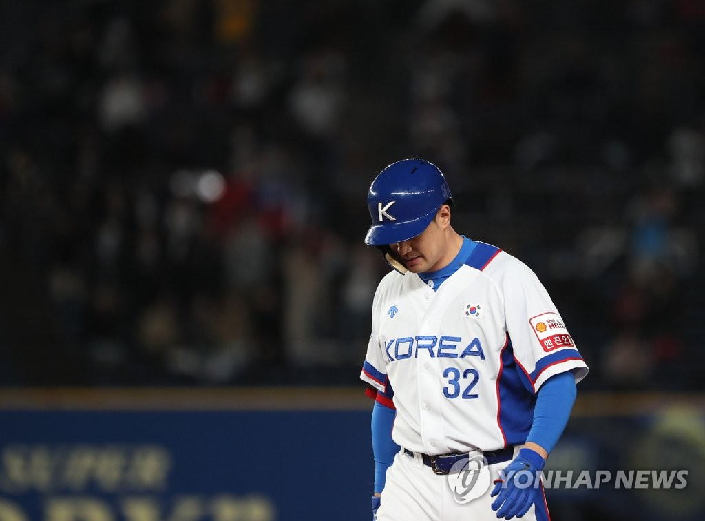 Park Byung-ho of South Korea heads back to the dugout after flying out to center against Chinese Taipei in the bottom of the sixth inning of the teams' Super Round game at the World Baseball Softball Confederation (WBSC) Premier12 at ZOZO Marine Stadium in Chiba, Japan, on Nov. 12, 2019. (Yonhap)