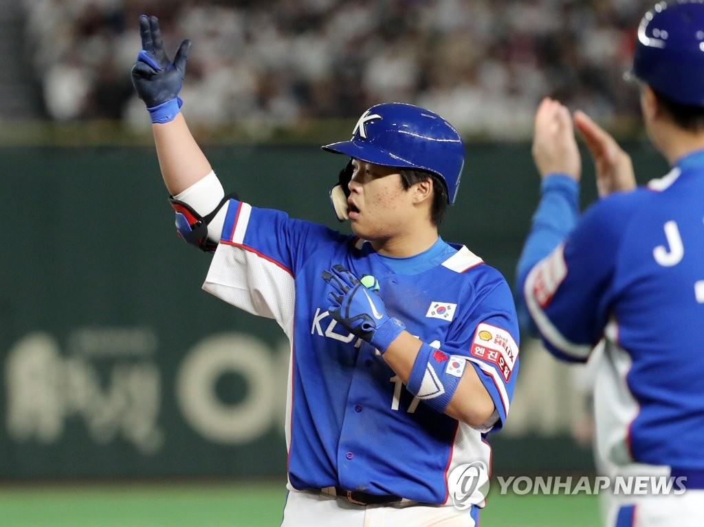 Kang Baek-ho of South Korea (L) celebrates his two-run single against Japan in the top of the seventh inning of the Super Round game at the World Baseball Softball Confederation (WBSC) Premier12 at Tokyo Dome in Tokyo on Nov. 16, 2019. (Yonhap)