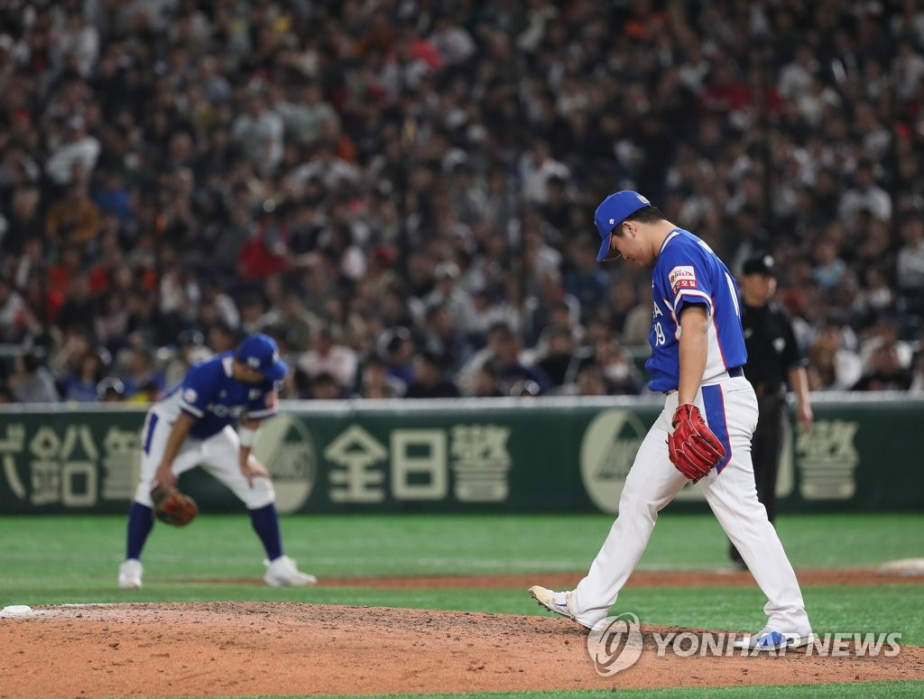 South Korean reliever Go Woo-suk (R) reacts to giving up a run against Japan in the bottom of the seventh inning of the Super Round game at the World Baseball Softball Confederation (WBSC) Premier12 at Tokyo Dome in Tokyo on Nov. 16, 2019. (Yonhap)