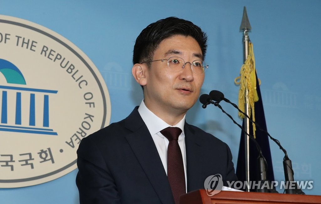 Rep. Kim Se-yeon of the main opposition Liberty Korea Party, holds a press conference on Nov. 17, 2019, at the National Assembly to announce he will not run in next year's parliamentary elections. (Yonhap)