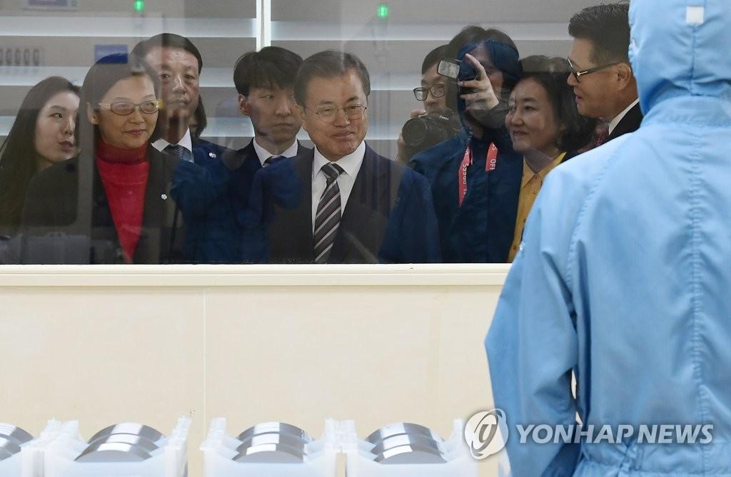 문재인 대통령이 2019년 11월 22일 오전 천안 MEMC코리아 공장에서 불화수소 에칭 공정을 보고 있다. [연합뉴스 자료사진]