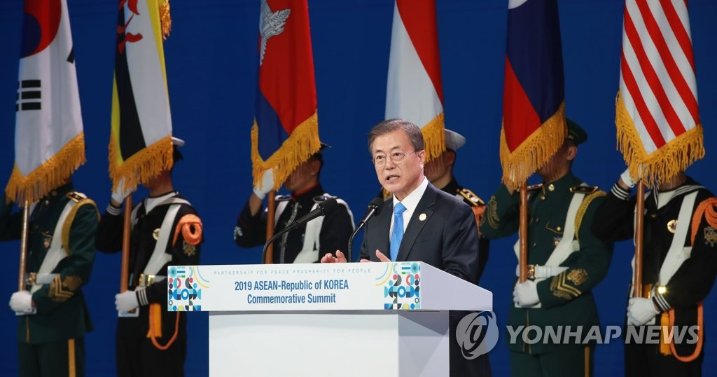 President Moon Jae-in delivers a welcoming speech at the start of the banquet for the ASEAN-Republic of Korea Commemorative Summit in Busan on Nov. 25, 2019. (Yonhap)