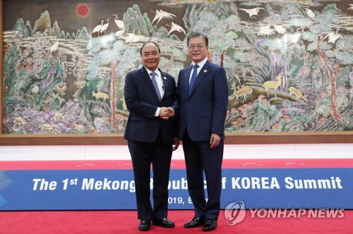 Moon requests Vietnam's constructive role in Korea peace process