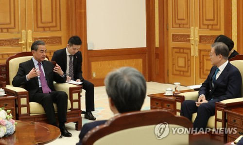(2nd LD) Moon stresses China's role in Korea peace process during talks with its foreign minister
