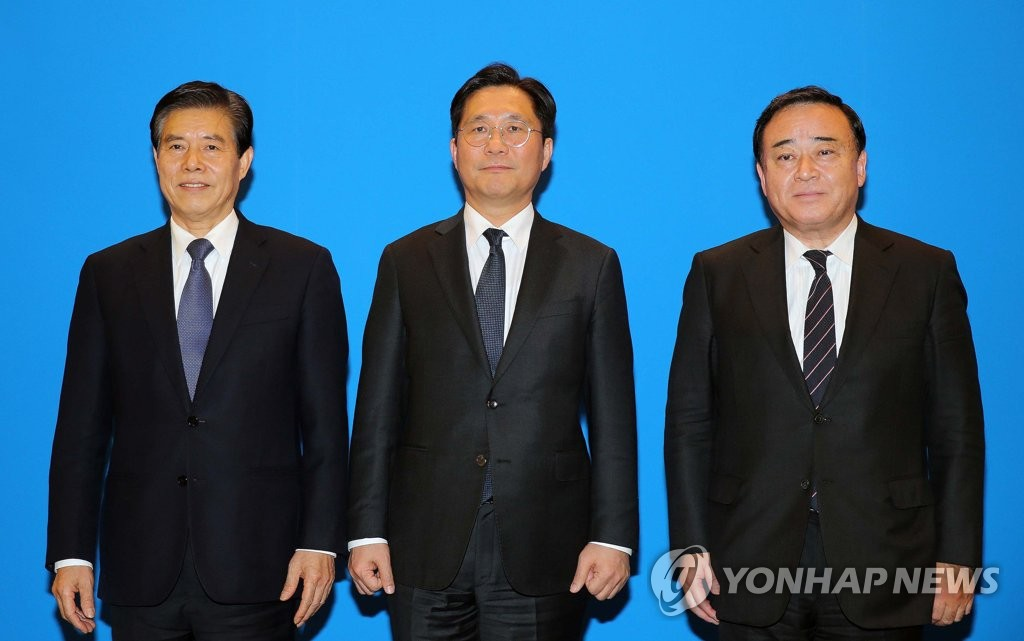 South Korea's Trade, Industry and Energy Minister Sung Yun-mo (C) poses for photos with China's Commerce Minister Zhong Shan (L) and Japan's Economy and Trade Minister Hiroshi Kajiyama at talks in Beijing on Dec. 22, 2019, in this photo provided by South Korea's Ministry of Trade, Industry and Energy. (PHOTO NOT FOR SALE) (Yonhap)