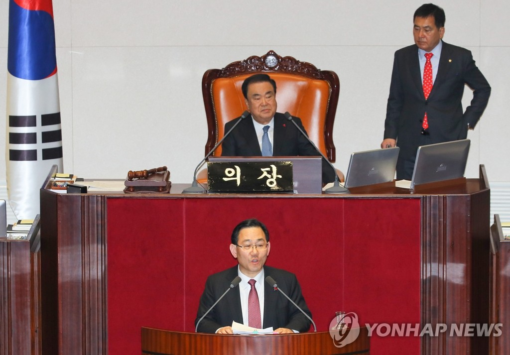 Rep. Joo Ho-young (front) of South Korea's main opposition Liberty Korea Party (LKP) begins a filibuster against a ruling party-led bill to revise parliamentary election rules at the National Assembly in Seoul on Dec. 23, 2019, as Speaker Moon Hee-sang (back, L) and LKP floor leader Shim Jae-chul watch. (Yonhap)