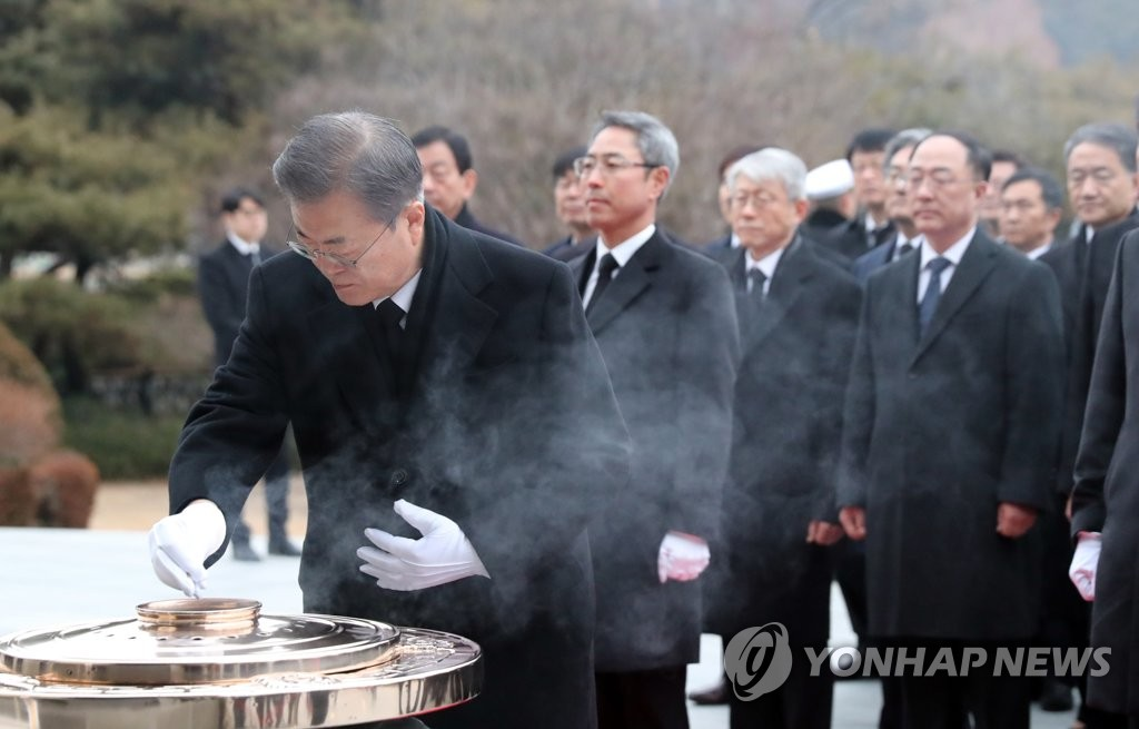 President Moon Jae-in burns incense, paying tribute to South Korean patriotic martyrs and war dead at the National Cemetery in Seoul on Jan. 2, 2020. (Yonhap)