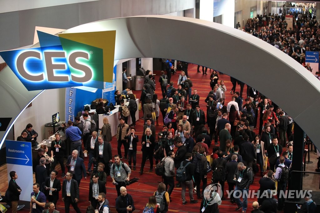 This file photo, taken Jan. 7, 2020, shows people at Consumer Electronics Show (CES) at Las Vegas Convention Center in Las Vegas, Nevada. (Yonhap)