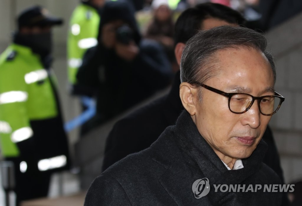 Former President Lee Myung-bak heads to a Seoul court on Jan. 8, 2020, to attend a hearing in which prosecutors demanded a 23-year jail term on bribery and embezzlement charges. (Yonhap)