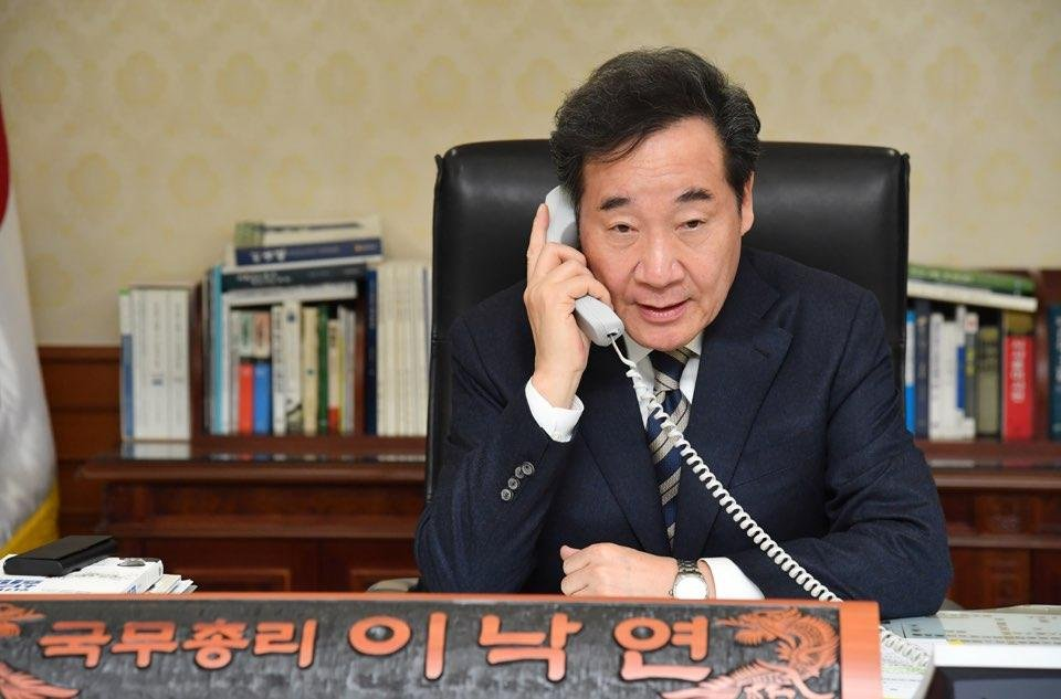 In this photo, provided by the Prime Minister's Secretariat, Prime Minister Lee Nak-yon talks with Justice Minister Choo Mi-ae on the phone over the reshuffle of senior prosecutors, in his office in Seoul on Jan. 9, 2020. (PHOTO NOT FOR SALE) (Yonhap)