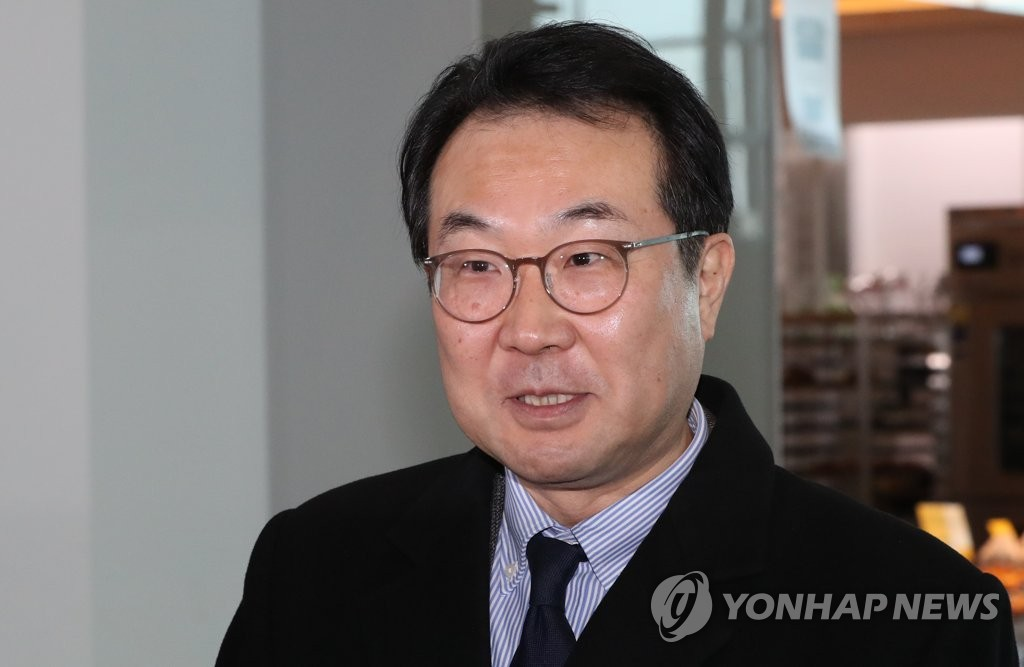 This file photo, from Jan. 15, 2020, shows Lee Do-hoon, South Korea's chief nuclear negotiator for North Korea, answering reporters' questions at Incheon International Airport, west of Seoul, ahead of his departure for the United States for talks with his U.S. counterpart, Deputy Secretary of State Stephen Biegun. (Yonhap)