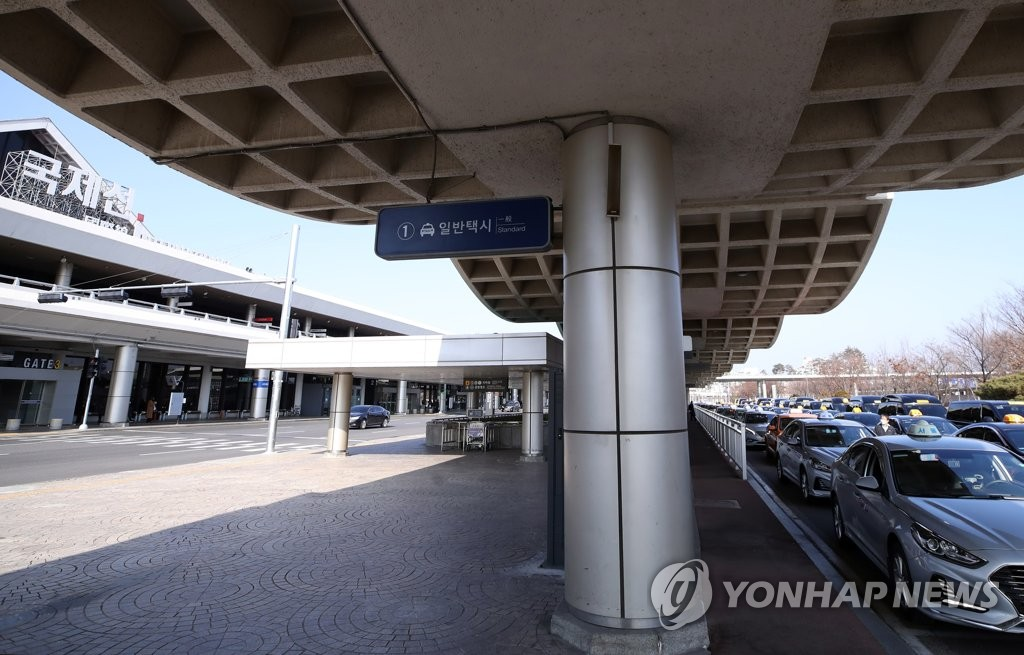 This photo taken on Feb. 10, 2020, shows the international terminal of the Gimpo International Airport in western Seoul and taxis lined up waiting for customers amid the spreading coronavirus. (Yonhap)