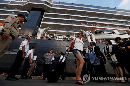 크루즈선 '웨스테르담'에서 내리는 승객들