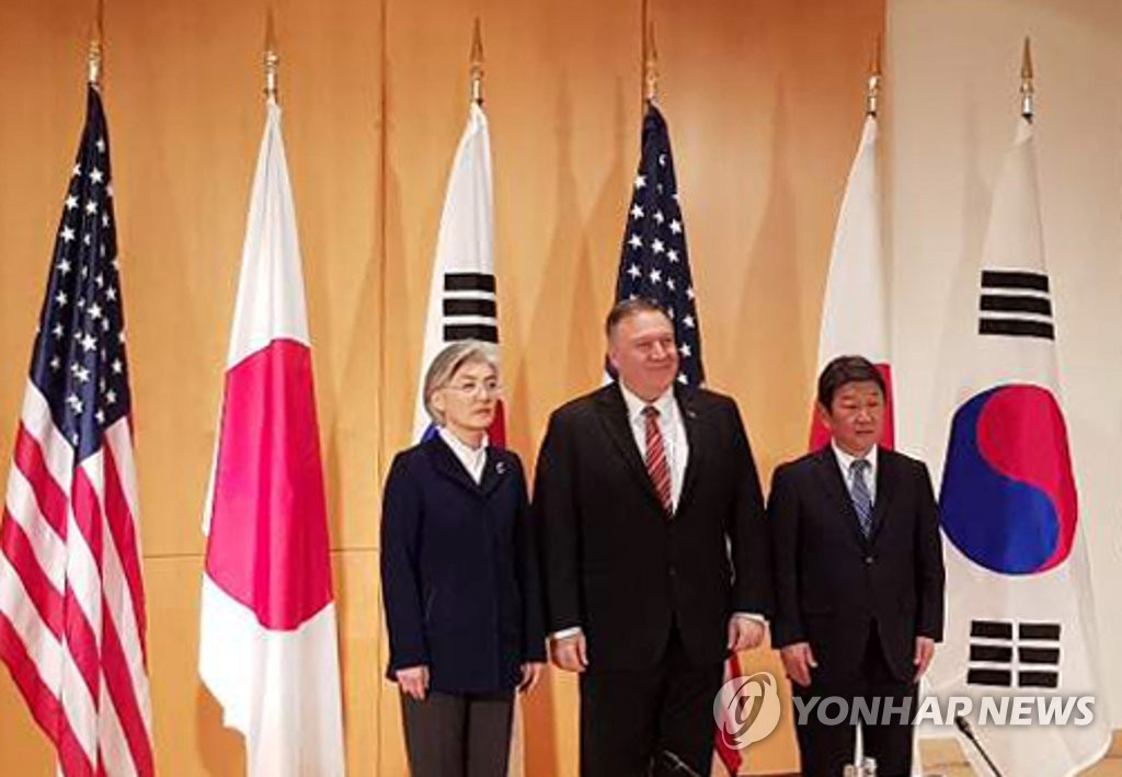 Foreign Minister Kang Kyung-wha (L) and her U.S. and Japanese counterparts, Mike Pompeo (C) and Toshimitsu Motegi, respectively, pose for a photo before their talks in Munich, Germany, on Feb. 15, 2020, on the sidelines of a security forum there. (Yonhap)