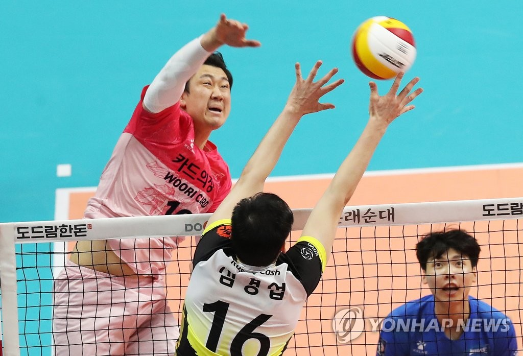 In this file photo, from Feb. 16, 2020, Na Gyeong-bok of the Woori Card Wibee (L) hits a spike against OK Savings Bank Rush & Cash during a men's V-League match at Sangnoksu Gymnasium in Ansan, 40 kilometers south of Seoul. (Yonhap)