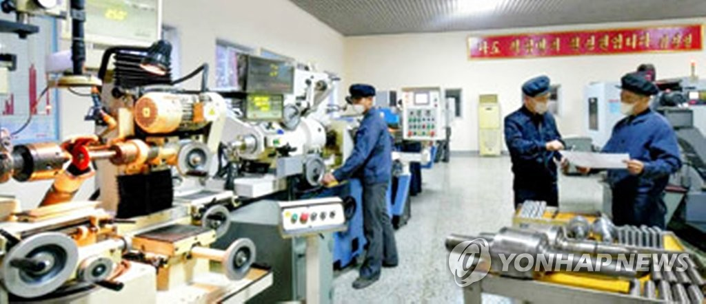 This image, from the website of North Korea's official newspaper, Rodong Sinmun, shows North Korean workers at a textile mill in Pyongyang. The Bank of Korea on July 27, 2020, said in a report that the North's economy is estimated to have grown at an annual average of 4.7 percent between 1956-1989, with its per capita income growing at one of the world's slowest rates over the cited period. (PHOTO NOT FOR SALE) (Yonhap)
