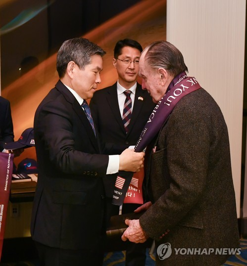 Defense chief meets U.S. vets of Korean War