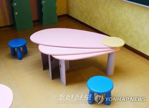 꽃잎 닮은 북한 아동용 가구
