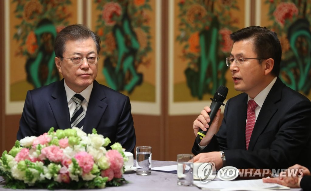Hwang Kyo-ahn (R), head of the main opposition United Future Party, speaks at a meeting with President Moon Jae-in at the National Assembly in Seoul on Feb. 28, 2020. (Yonhap)