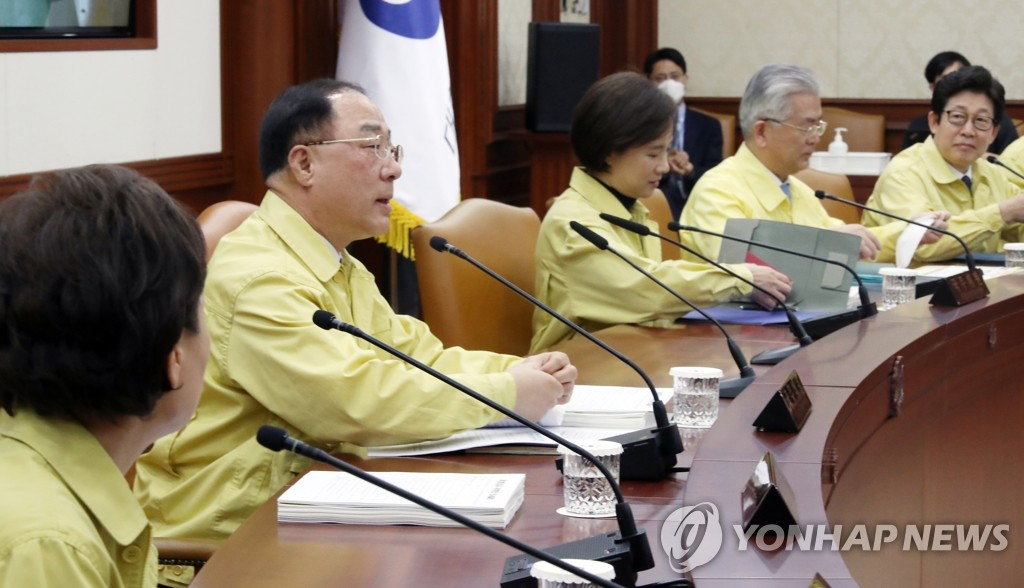 Finance Minister Hong Nam-ki (2nd from L) speaks in a Cabinet meeting held in Seoul on March 4, 2020, at which the government proposed a 11.7 trillion-won (US$9.82 billion) supplementary budget to fight the outbreak of the new coronavirus and also boost the country's economic growth. (Yonhap)