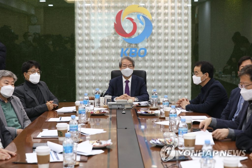 Korea Baseball Organization (KBO) Commissioner Chung Un-chan (C) presides over a meeting with club presidents at the KBO headquarters in Seoul on March 10, 2020. (Yonhap)